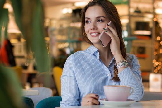 Jolie femme avec son smartphone dernier cri