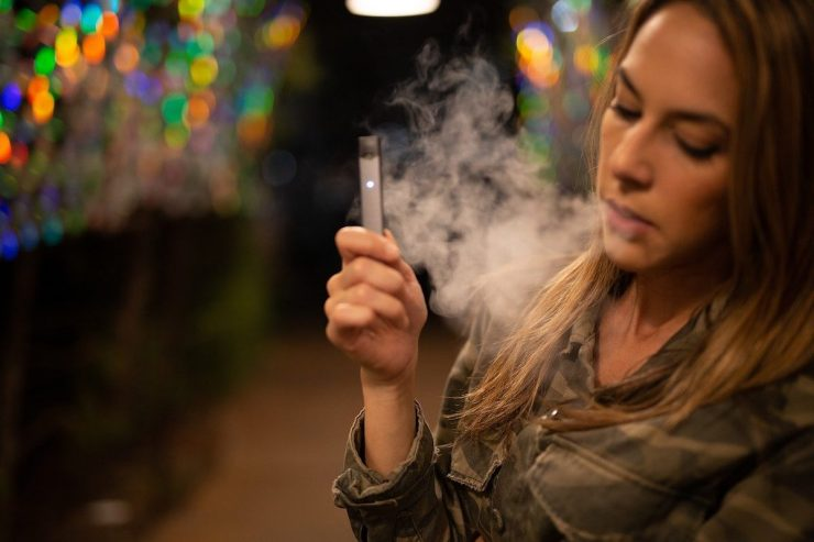 elle vapote une cigarette électronique haut de gamme